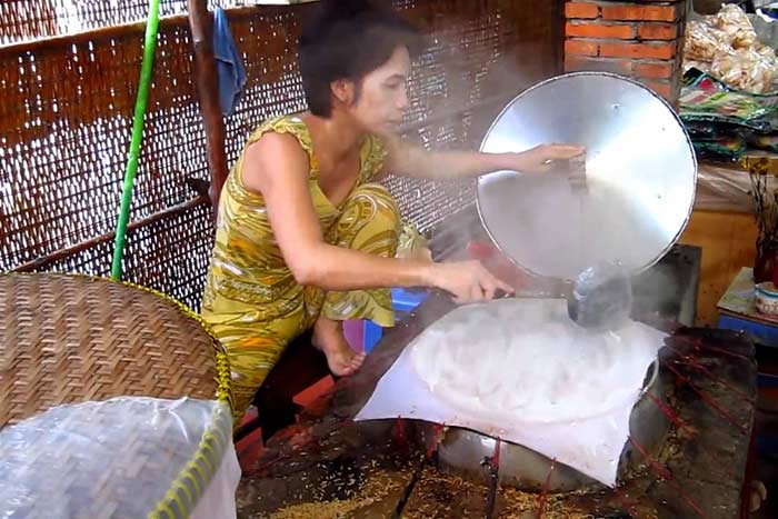 Fabricacion de hojas de arroz en Ben Tre Vietnam Delta del Mekong