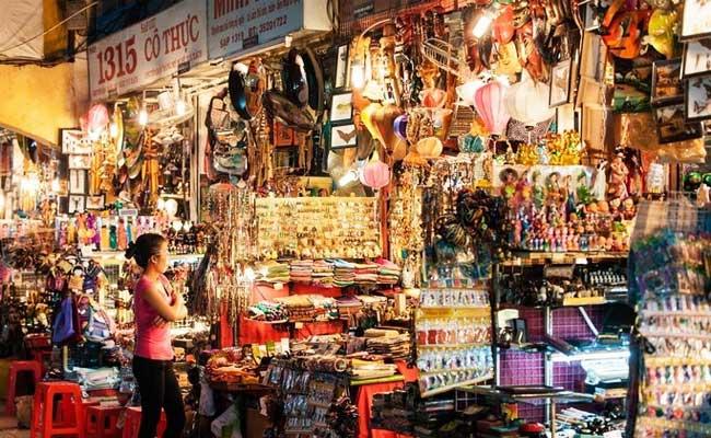 Puestos de recuerdos en el mercado de Ben Thanh en Saigon