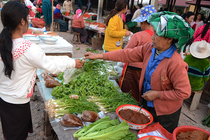 Mercado local en Muang Sing en Laos