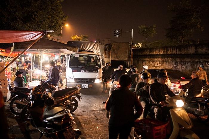 camion con mercaderia que llega al mercado Long Bien en Hanoi