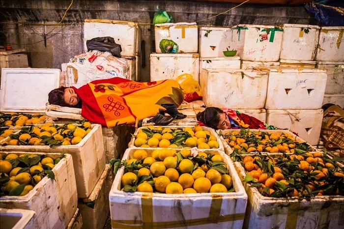 Descanso de comerciantes en el mercado de Long Bien
