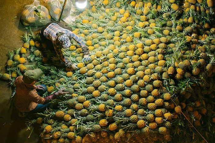 Frutas en el mercado Long Bien en Hanoi