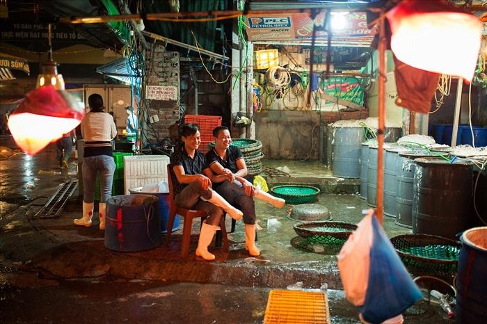 Comerciantes en el mercado Long Bien en Hanoi