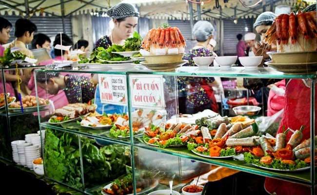 Comida callejera en el mercado de Ben Thanh Saigon