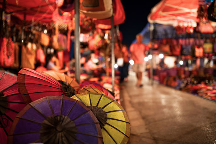 Sombrillas en el mercado nocturno de Luang Prabang