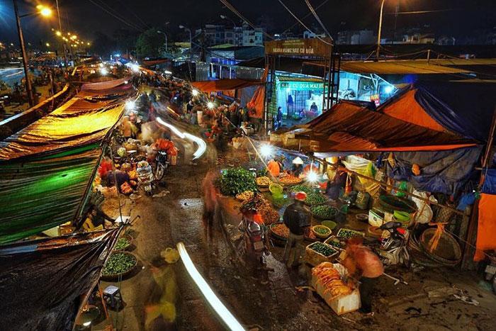 Mercado nocturno de Long Bien en Hanoi