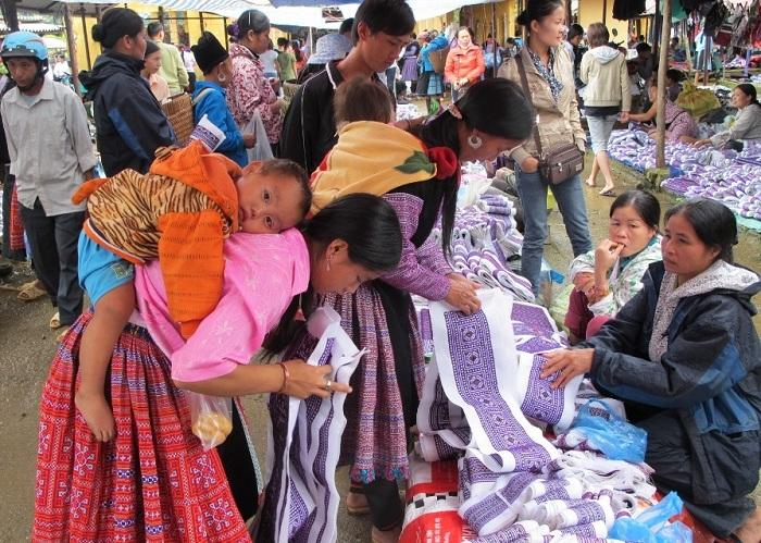 Brocados en el mercado Pa Co en Mai Chau