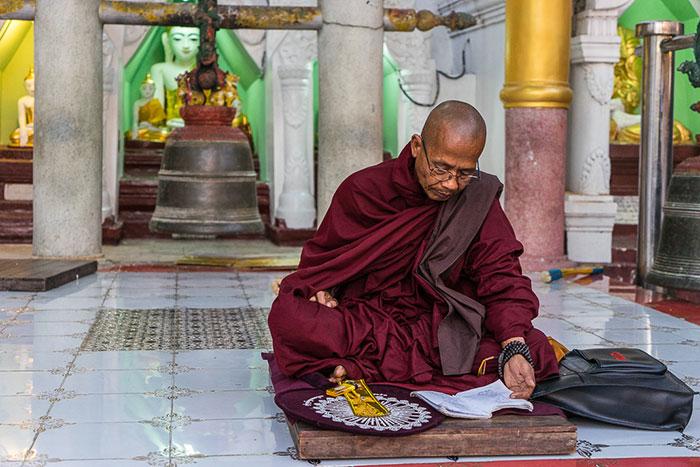 Monje en la pagoga Shwedagon en Yangon Myanmar