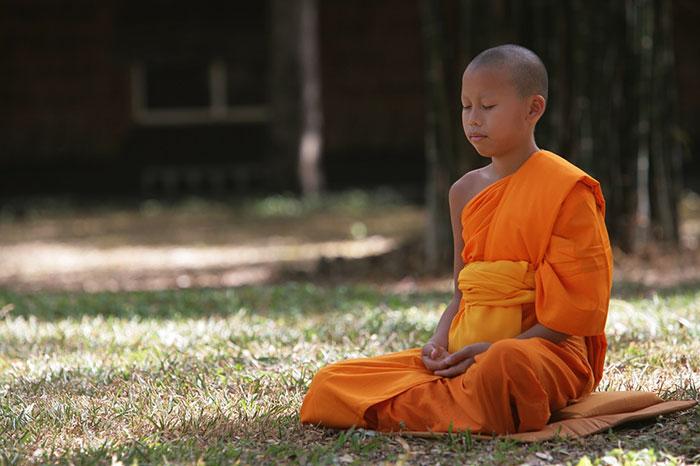Monje en el sitio arqueologico Vat Phou Laos