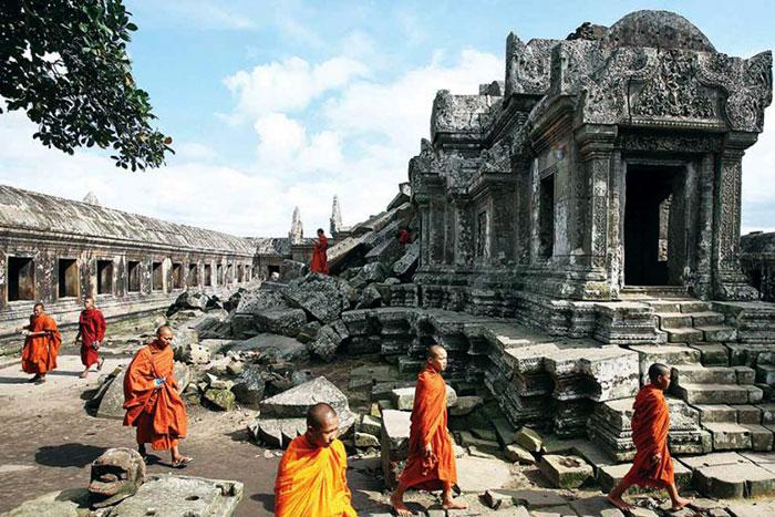 Monjes en el templo Preah Vihear en Camboya