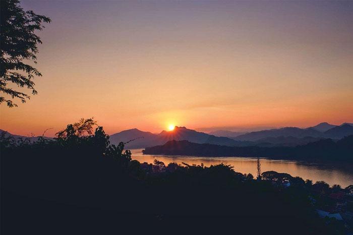 Puesta del sol en el monte Phousi en Luang Prabang