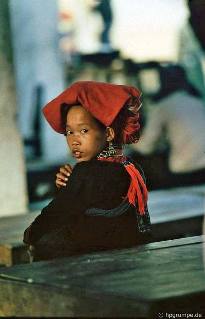 Una chica de la etnia dao con vestimenta tradicional