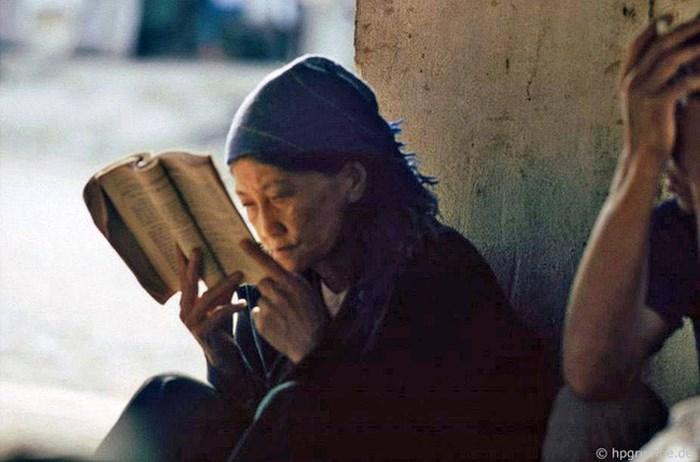 Mujer anciana leyendo un libro en la autentica Sapa de los años 90