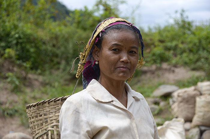 Una mujer de una minoria etnica en Pakbeng