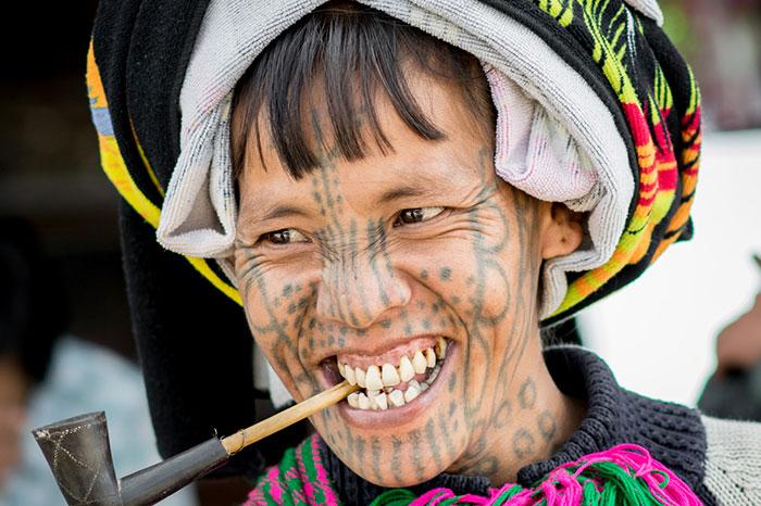 Mujer tatutada en mindat Myanmar