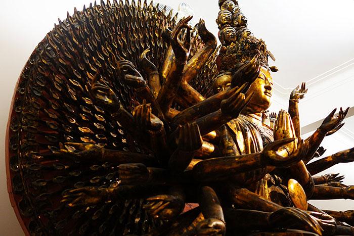 Diosa de los cien ojos y manos en el museo de bellas artes de Hanoi