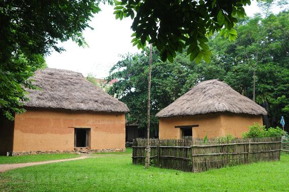 Casa de la etnia ha nhi en el Museo de Etnologia de Vietnam
