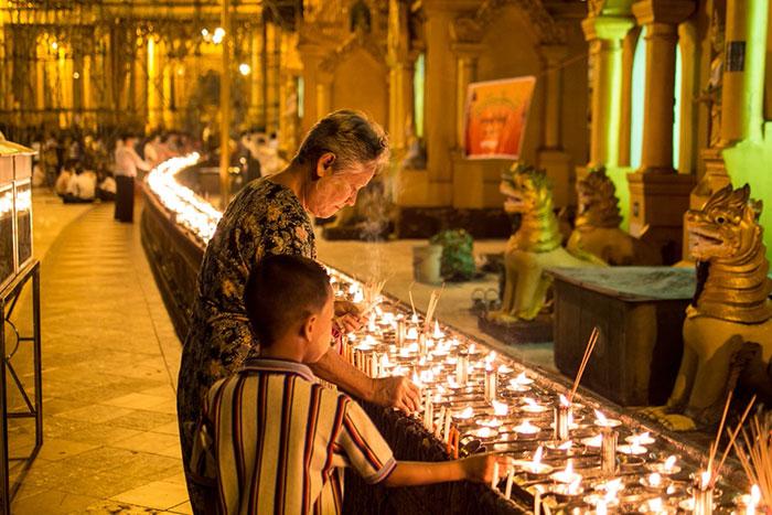 Ofrendas en la pagoga Shwedagon en Yangon Myanmar