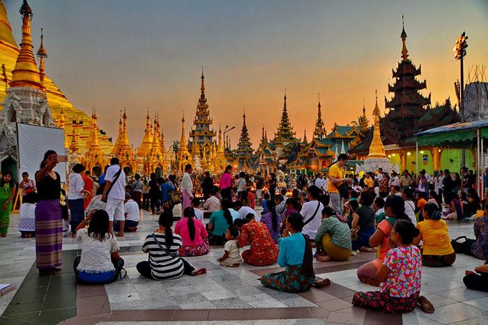 Oración en la pagoga Shwedagon en Yangon Myanmar