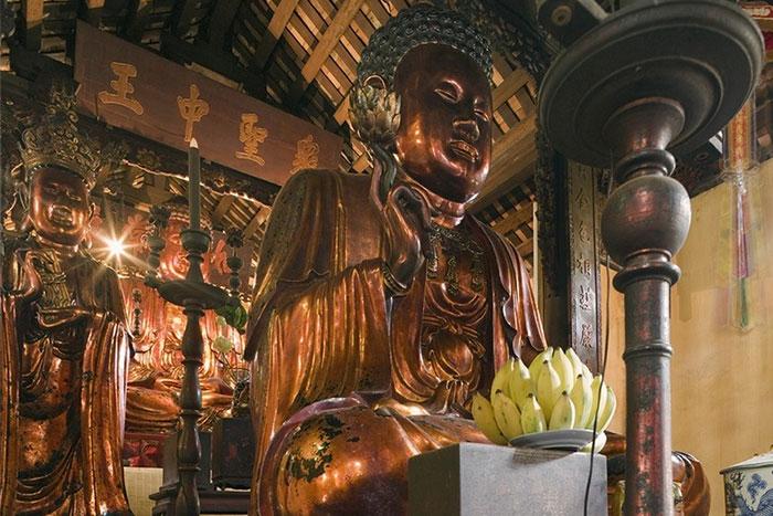 Buda en la Pagoda Ba Da en Hanoi