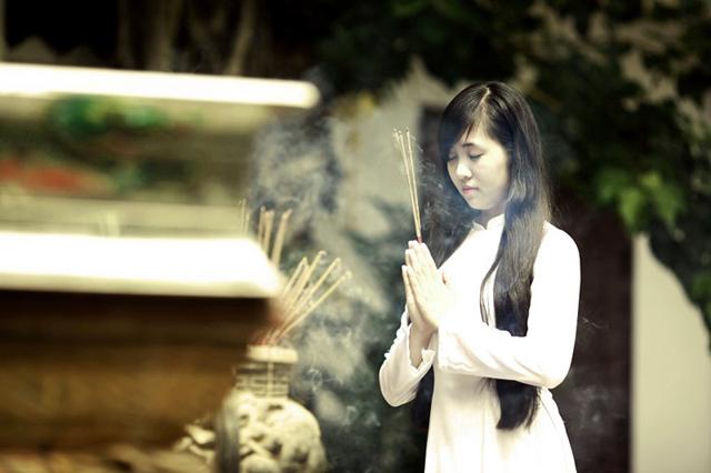 Ritual de rezo en la pagoda del pila unico en Hanoi