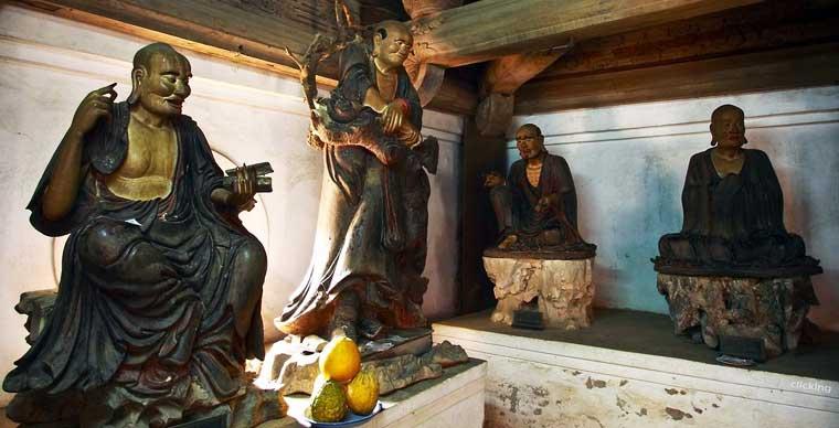 Estatuas en la pagoda tay phuong en vietnam