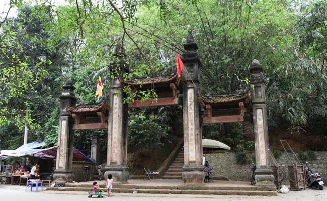 Entrada a la pagoda de tay phuong en hanoi