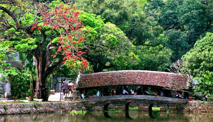 Puente cubierto en la pagoa Thay en Hanoi
