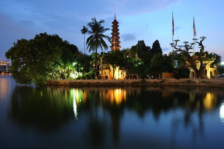 Atardecer en la Pagoda Tran Quoc en Hanoi