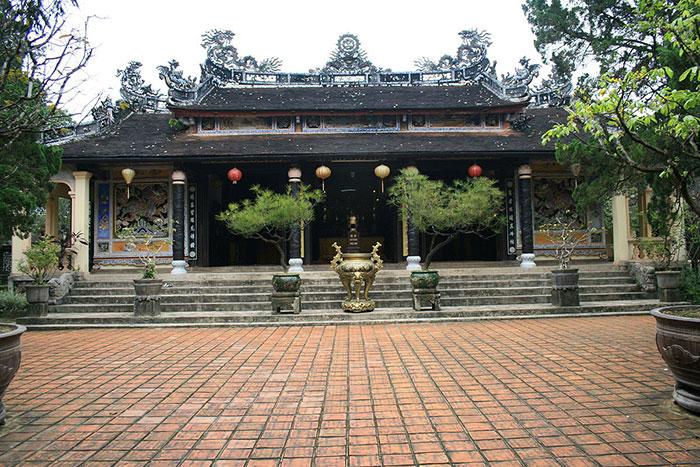 Templo principal en la pagoda Tu Hieu en Hue