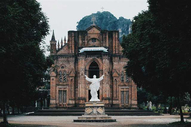 Paisaje en la entrada del monasterio de Chau Son en Ninh Binh