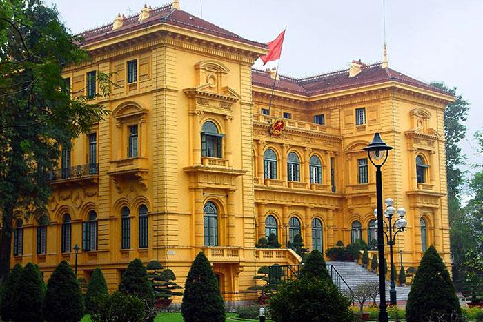 Palacio presidencial en la Plaza Ba Dinh en Hanoi