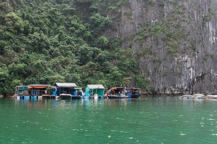Pueblo de pescadores en el parque nacional de Cat Ba