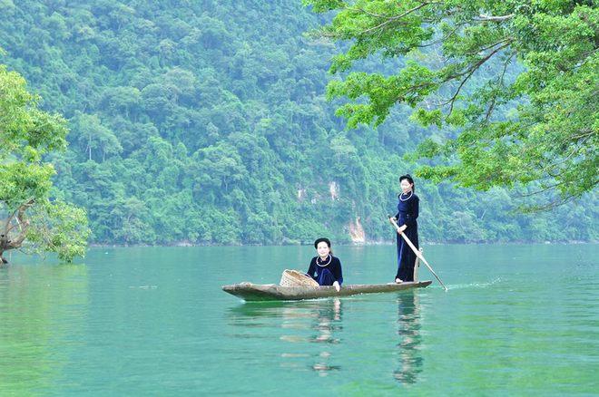 Paseo en piragua en el lago Ba Be Vietnam