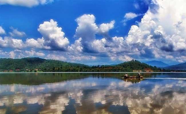 Paseo en piragua en el lago Lak Vietnam