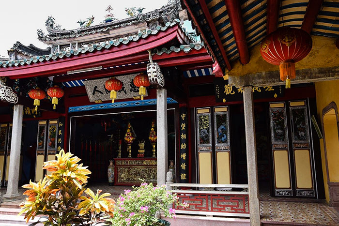 Pasillo en el templo chino Trieu Chau en Hoi An