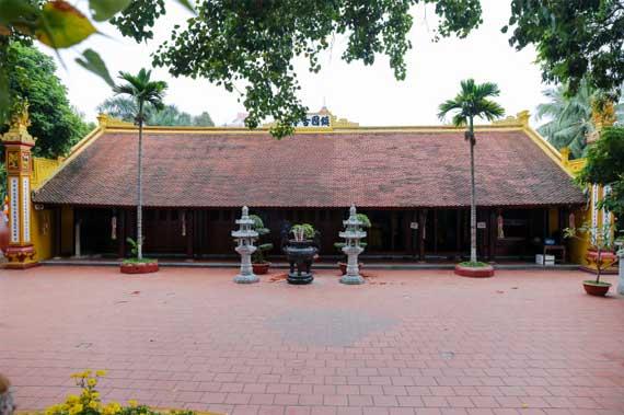 Patio grande de la Pagoda Tran Quoc en Hanoi