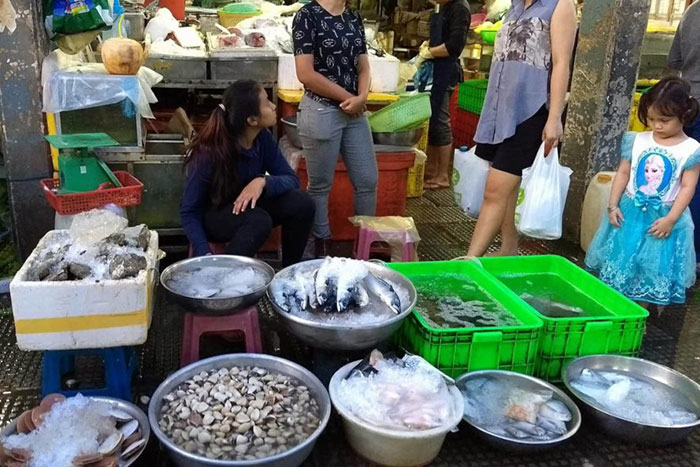 Pescaderia en el mercado Phsar Thmey en Nom Pen