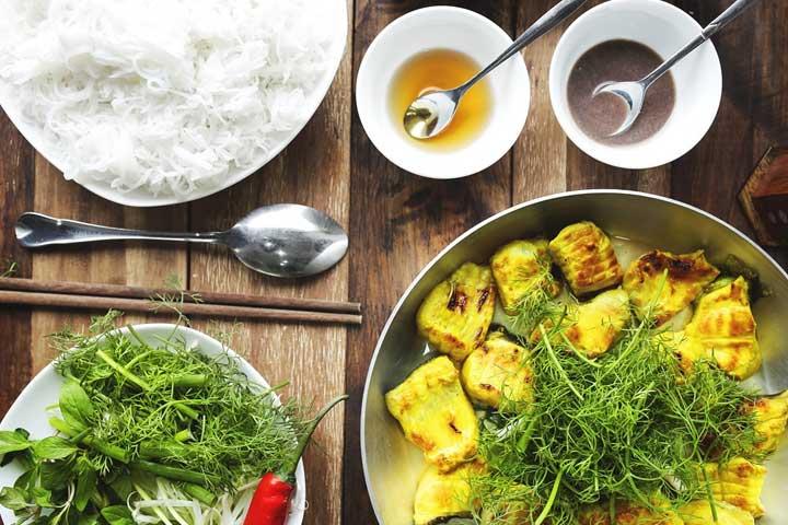 Delicioso plato de pescado frito en hanoi