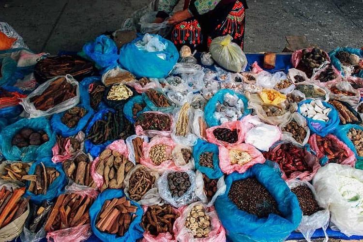 Plantas medicinales en el mercado de Sa Phin