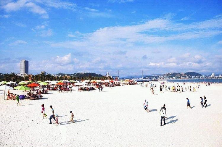 Playa Bai Chay en la Bahia de Halong