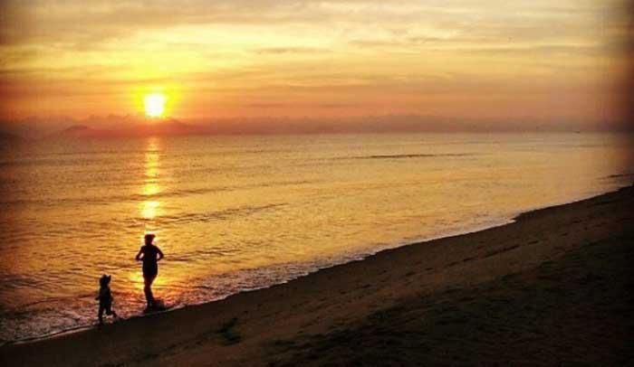 Puesta del sol en la playa Ha My en Hoi An