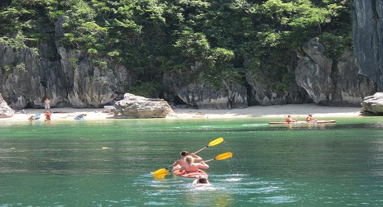 Playa en la isla Tres Melocotones en Halong