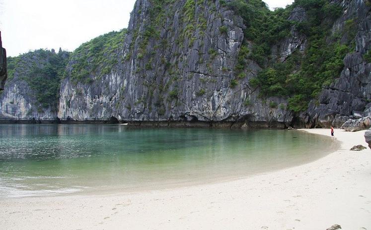 Playa Titov en la Bahia de Halong