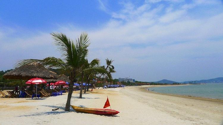 Playa de Tuan Chau en la Bahia de Halong
