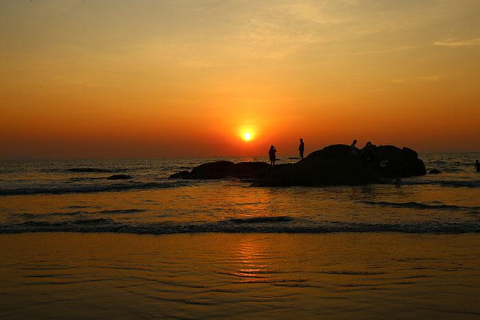 Puesta del sol en el balneario Ye Birmania