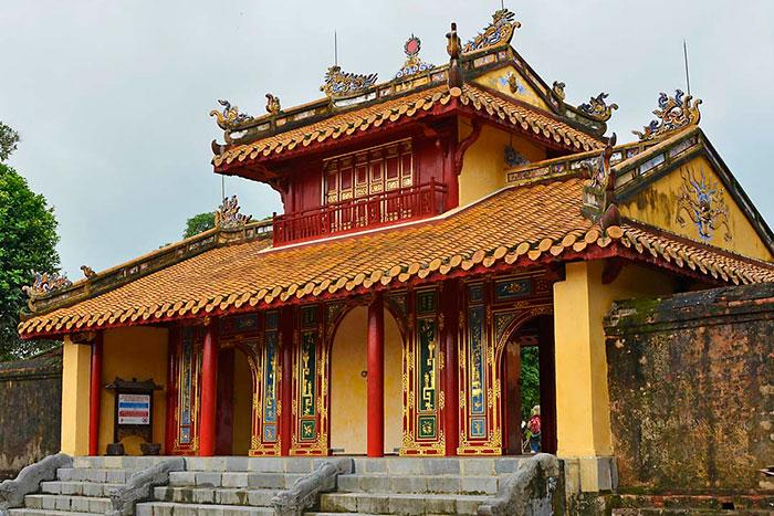Portico de entrada al Mausoleo de Minh Mang en Hue