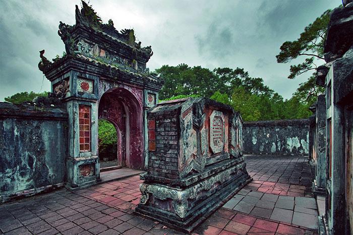 Portico del mausoleo del emperador Tu Duc en Hue