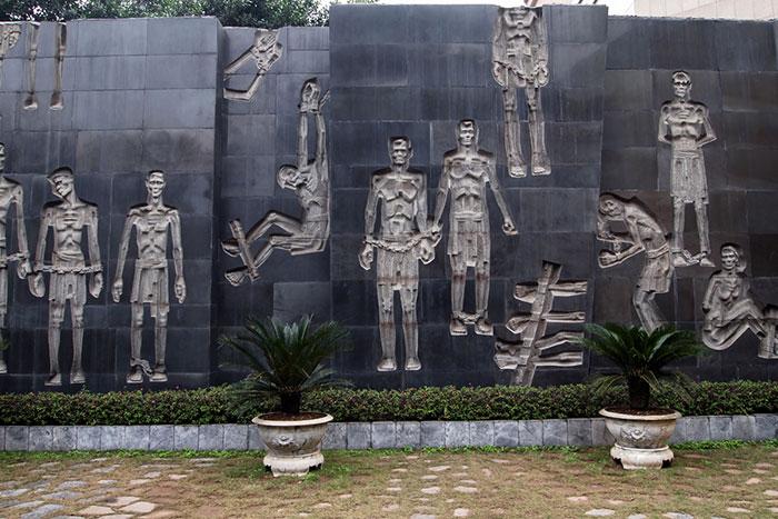 Estela conmemorativa en la prision de Hoa Lo en Hanoi