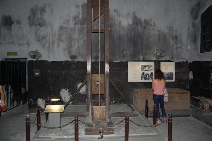 Guillotina en la prision de Hoa Lo en Hanoi